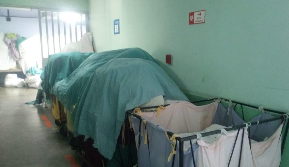 La ropa sucia se acumula en el área de lavandería del centro médico materno.